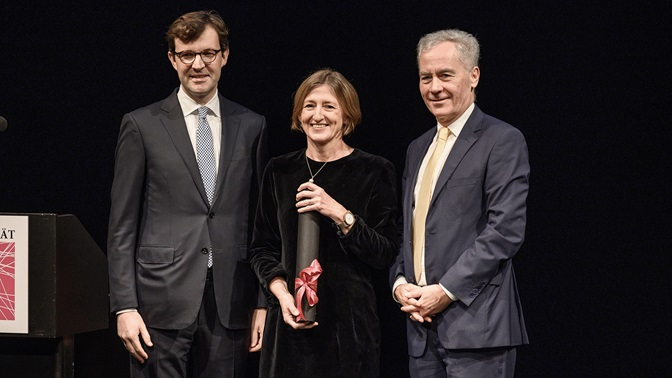 Honorary Doctor Monika Bütler with Christoph Schaltegger (left, Dean of the Economics Faculty) and Bruno Staffelbach (President of the University of Lucerne)